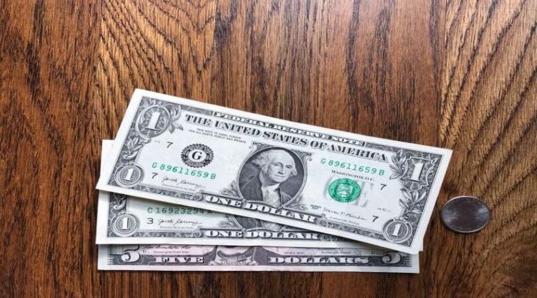 Image of $7.25 in cash, which is the 2021 federal minimum wage.